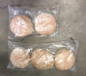 Alfatechnics folieverpakking voor broden van individueel verpakken tot per 5 stuks waarbij automatisch afwisselend per 2 of 3 stuks omwille van maximale vulling van kartons en kratten.