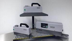 Het sealen van zakjes met een doorloopsealer of continu sealapparaat.