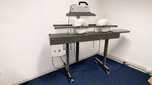 Doorloop bandsealmachine voor zakjes. Type CS500R + transportbaan
