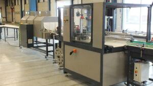 Alfatechnics Krimpfolie verpakkingsautomaat type 500 met krimpoven loonverpakkingsmachine voor co-packing.