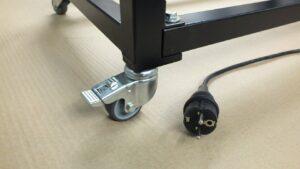 Krimpfolieverpakkingsmachine combi hoeklasser en krimptunnel klein. Compacte krimpmachine voor beperkte krimpvolumes. 230V op wielen blokkeerbaar